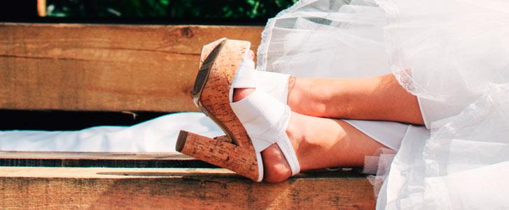 casamento-pes-da-noiva-no-banco