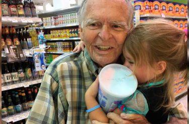 Criança se encanta por idoso em loja, vira melhor amiga dele e o cura da depressão
