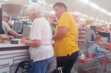 Após cartão recusado, desconhecido paga conta de idosa e emociona a internet
