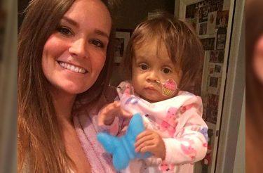 Babá se sacrifica para salvar vida de bebê com doença terminal