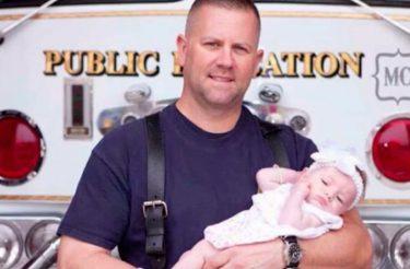 Bombeiro adota bebê que ele ajudou a trazer ao mundo em uma emergência