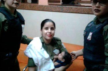 Policial em serviço amamenta bebê que chorava de fome e atitude conquista a internet <3
