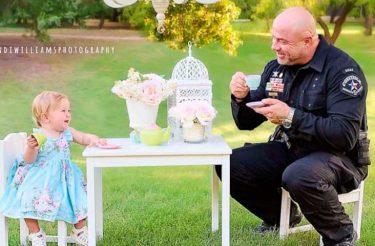 A coisa mais querida que você vai ver hoje: Policial comemora aniversário de menininha que ele ajudou a trazer ao mundo <3