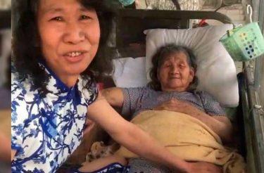 Homem se veste como a irmã morta por 20 anos para ajudar a MÃE!