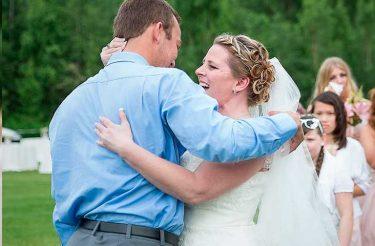 Esta noiva de 40 anos deixou uma cadeira reservada para seu filho morto. Mas, ao ver quem chegou para a cerimônia, ela não pode se conter
