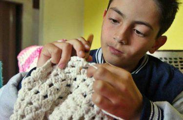 O caso do menino que ensina crochê: trabalho infantil ou diversão produtiva?