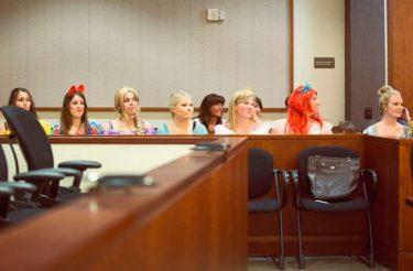 Garotinha é surpreendida pelas Princesas Disney no TRIBUNAL, em audiência de adoção – sobrou até para a juíza :) [vídeo]
