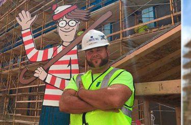 Este pedreiro esconde o Wally todos os dias para que as crianças do hospital em frente o encontrem <3