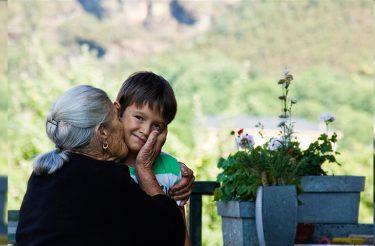 Pessoas que cuidam dos outros vivem mais tempo, diz estudo <3