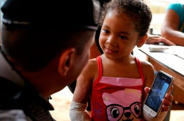 Estes Policiais heróis doaram uma central de ar para esta menininha de 3 anos, a única sobrevivente do incêndio que vitimou sua família