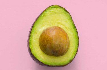 Conheça os benefícios do abacate: um dos alimentos mais saudáveis que você pode comer