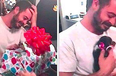 Fuzileiro com depressão não contém as lágrimas após receber cadelinha como presente [Vídeo]