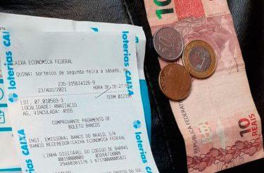Taxista paga conta de energia após achá-la com o dinheiro na rua e devolve com troco para o dono em MS