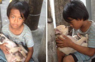 Criança de 11 anos abandonada é protegida por um cachorrinho de rua